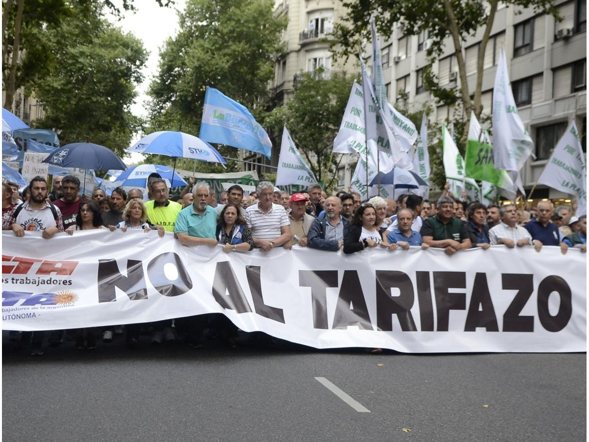 Tensión en la 9 de julio: movimientos sociales marchan contra el tarifazo