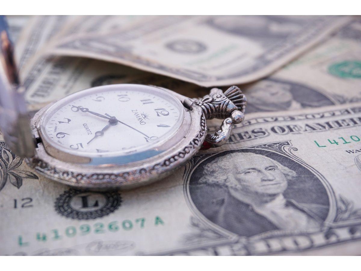 El dólar sube en las pizarras pero baja en la plaza mayorista y se acerca al piso