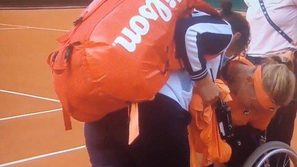 Roland Garros 2020: entre gritos desgarradores y lágrimas, Kiki Bertens dejó la cancha en silla de ruedas después de ganar