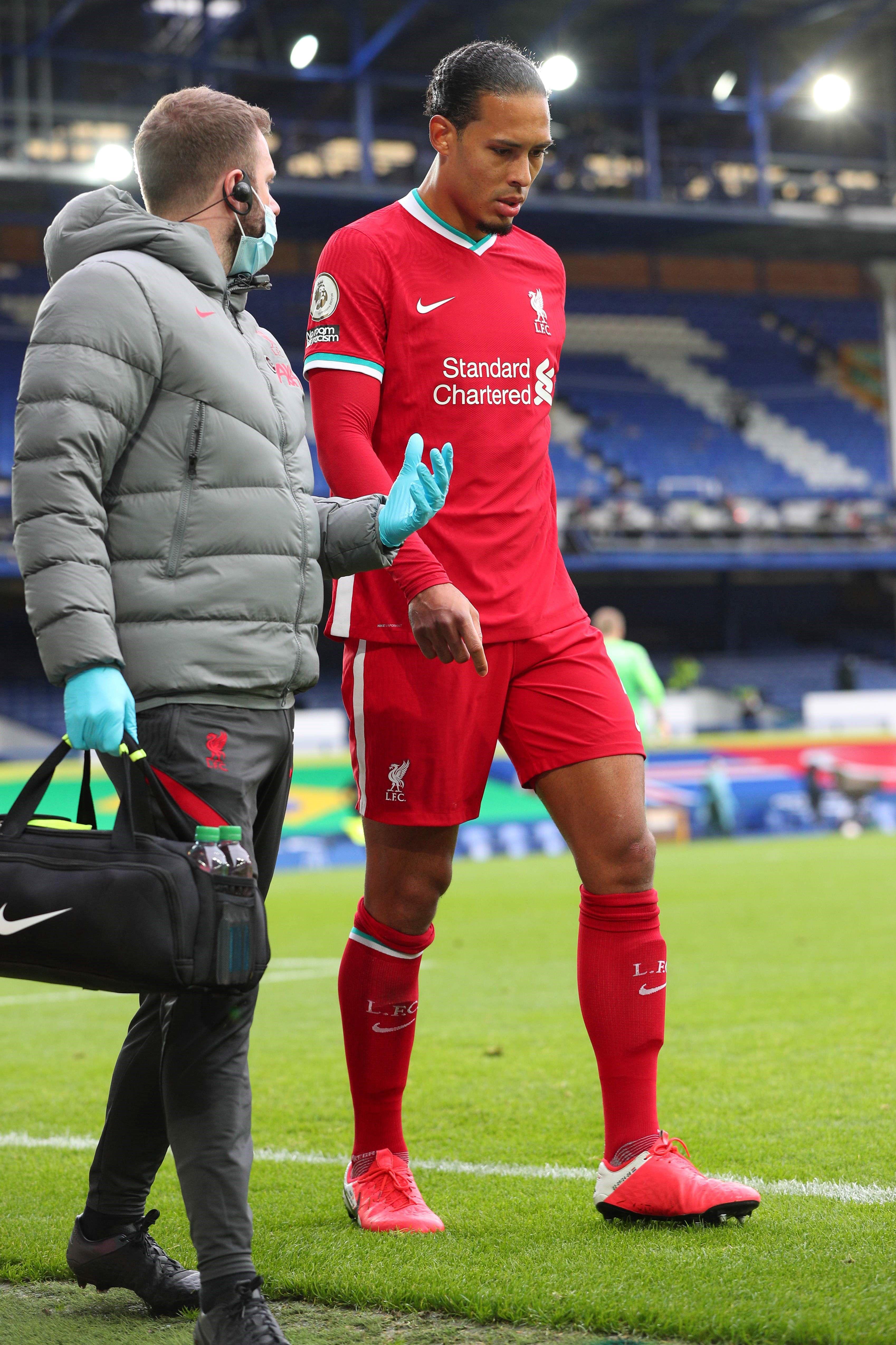 Liverpool perdió a Van Dijk por lesión tras esta brutal acción del arquero del Everton