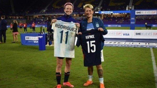 la-mejor-futbolista-del-mundo-reclamo-a-la-afa-por-las-camisetas-de-la-seleccion-femenina